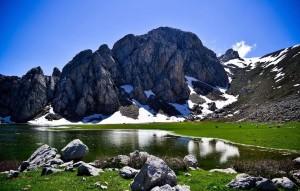 Der See Agoulmime im Ski-Ort Tikjda in Algerien (Bild: Wikipedia/Arche Caracalla)