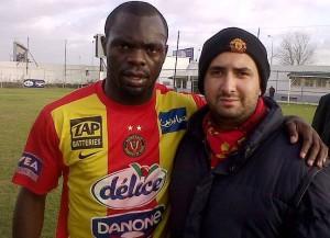 Joseph Yannick N'Djeng von Espérance de Tunis mit einem Fan (Bild: Wikipedia/Bahbouhe).